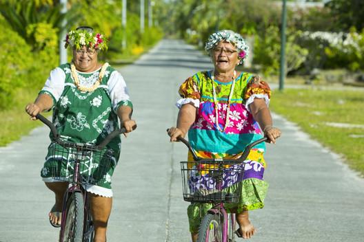 Tikehau / Einheimische Fahrradfahrerinnen