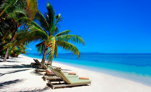Vomo_Island_Resort-Strand_mit_Liegen