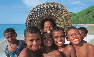 Fijianische Kinder am Strand
