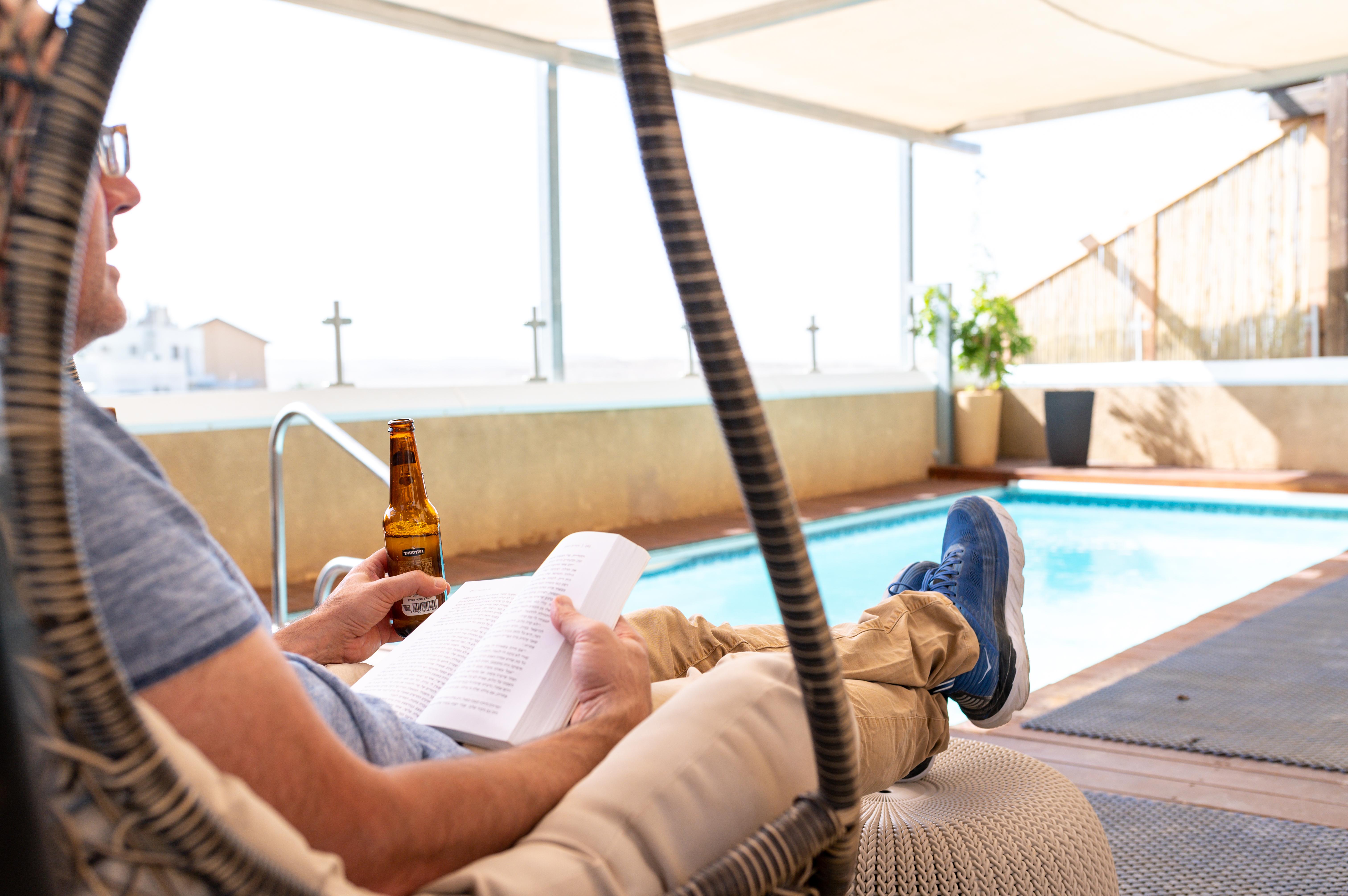 נחל פארן 32 - בירה בערסל מול הבריכה