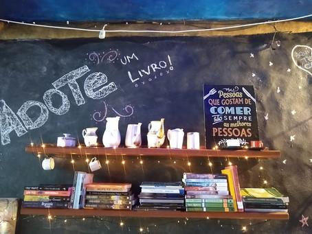 """Café Camaleão e o espaço """"adote um livro"""""""
