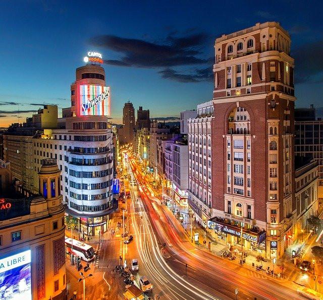 Imagen de una avenida de Madrid por la noche