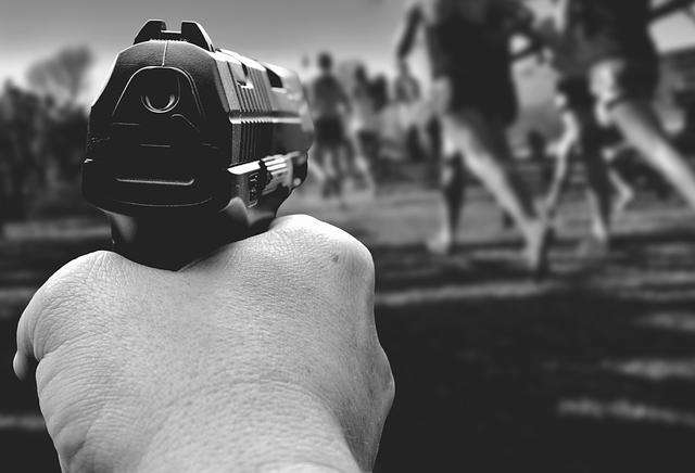Un hombre dispara a otro por la espalda