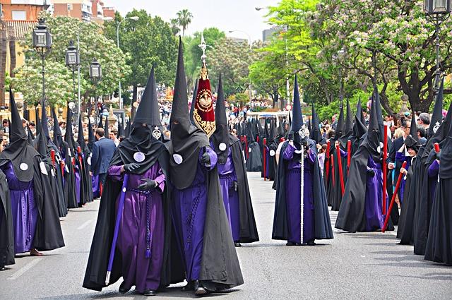 Calle con asientos vacíos antes de ver procesión