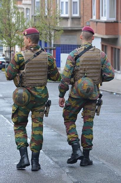 Soldados belgas patrullando