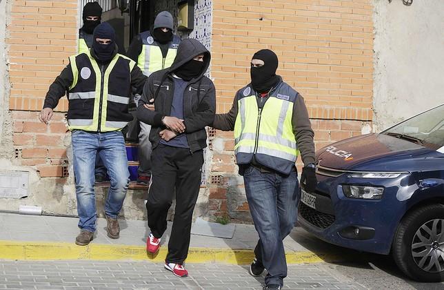 Radical enfrentándose a la Policía