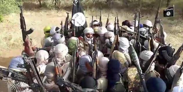 """Leyenda """"Qué atrae a los terroristas del Sahel"""" sobre un fondo de arena del desierto"""