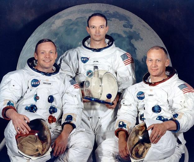 Astronauta colocando bandera de USA en la Luna