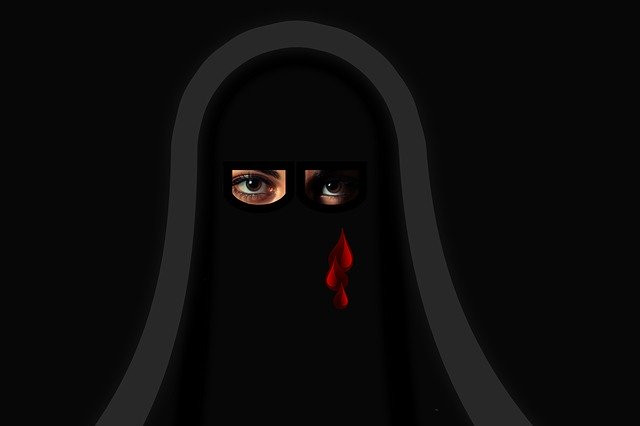 Mujer islámica llorando lágrimas de sangre