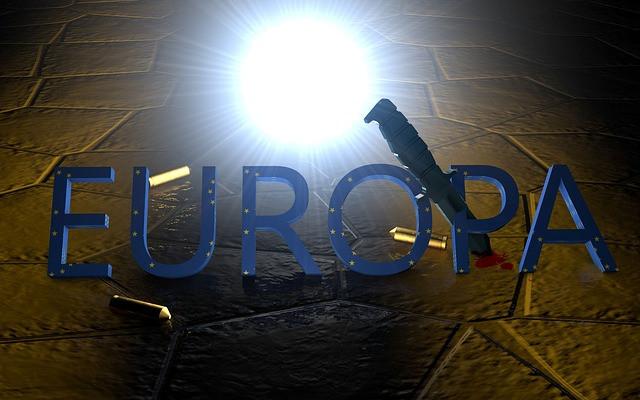 Sobre un muro, impresas las letras EUROPA y un cuchillo atravesándolas con casquillos de bala sueltos