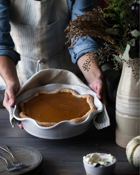 Farmhouse Pottery Laurel Pie Dish with Maple Pumpkin Pie