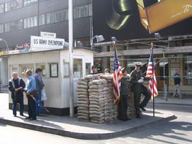 800px-Checkpoint_Charlie_2007.jpg