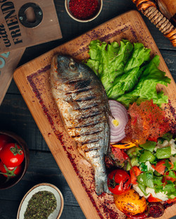 grilled-fish-with-vegetable-salad-onion-
