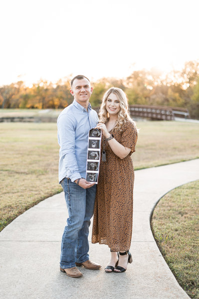 Pregnancy Announcement-Friday Films+ Fot