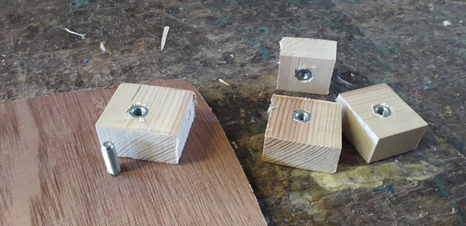 Blociau i ddal y bolts / Blocks to hold the bolts