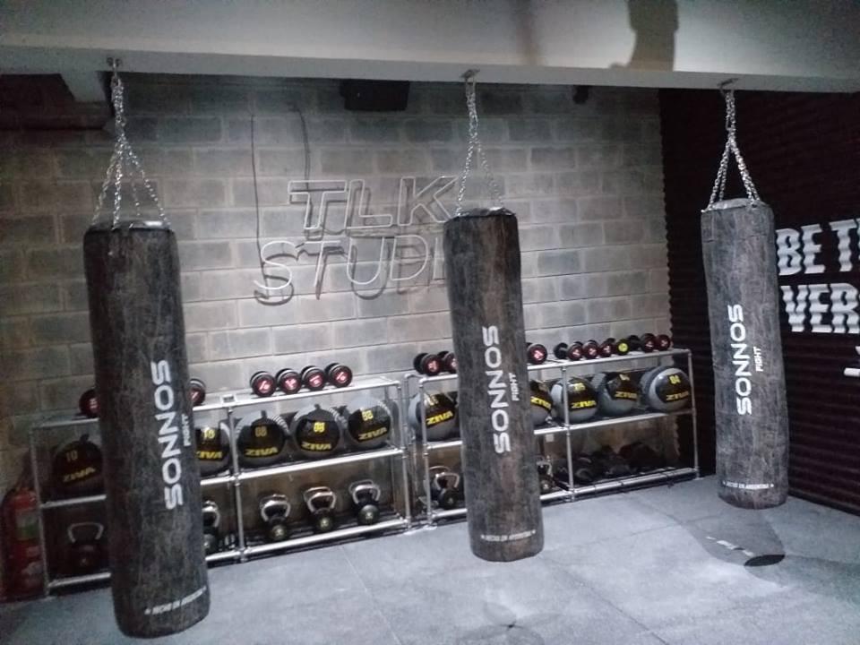 Clase de Boxeo Funcional brindada en stand de Sonnos.
