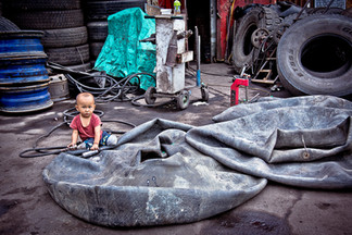 China - The kid and the tire