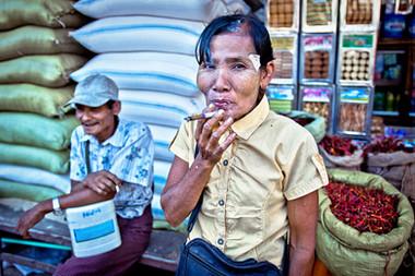 Femme à la cigarette - Birmanie