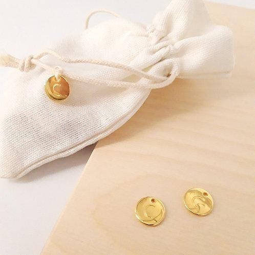 Goudkleurig bedeltje met initiaal (vanaf 10 st)