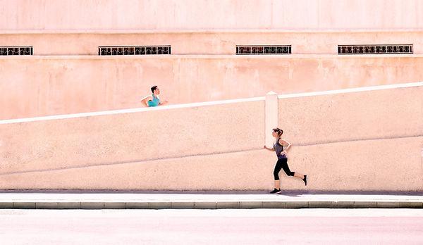 une femme et un homme qui font un jogging