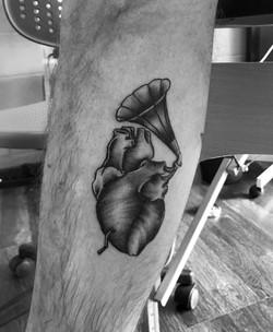 cuore con grammofono2 bianco e nero