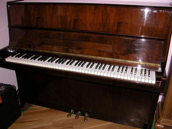 Продаетсяпианино Petrof 115 klassic 1986 года, №489631,б/у орех, 3 педали, благородное звучание, настроено, имеются дефекты на поверхности Пианино Петроф Классик 115    (Петрофф Петров)  лучшая цена в Москве! Срочно!