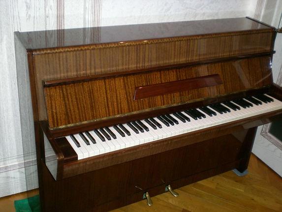 """пианино Рetrof 103 """"Гармония"""", Миньён, европейскоепроизводство (Чехия0, 1979 год прекрасное звучание, настроено, в камертоне,хорошее внешнее и техническое состояние, подержанное б/у, орех, полированное,дека целая.пианино б-у Петроф   цена 45 тыс.руб.  лучшая цена в Москве! пианино Петровб/у"""