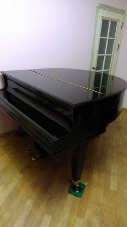 Обновленный внешний видкабинетногорояляЗейлер, выпуклая ножка,  родныеролики рояля немецкого рояля Зайлер, б/у недорого,  Компактный редкий рояльпроизводства Германии в Москве, срочно