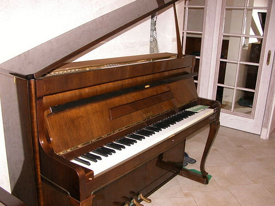 пианиноWeinbach Antic (Пианино б-у Вайнбах Антик) 1990г. орех, полированное, 3 педали, гнутые ножки, чудесное звучание, Производитель - фабика Petrof , бу в состоянии как новое пианино!   Купить дорогое пианино б/у фабрики Petrof Петроф подержанное в идеальном состоянии маркиWeinbachmod.Weinbach Antic 103 самое красивое популярное пианинофабрики Петрофф! Настроено по лучшей цене в Москве