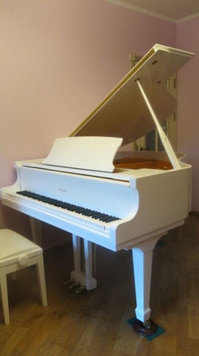 Белый кабинетный рояль Irmler немецкого производства 2015 года 160 см. длина 3 педали,  состояние нового рояля, не играли, срочно, недорого продается белый рояль Ирмлер.  Лучшая цена в Москве на кабинетный белый  немецкий рояль. Купить немецкий рояль по б/у цене