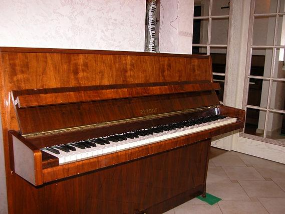 Подержанное комиссионное пианино Petrof 105  Sonatina-1  1979 год, отобранное б/у пианино Петроф(Петров) Миньон небольшое аккyратное, хорошее состояние, орех, полированное, 3 педали,  настроено, дека целая, яркое звучание,цена 65 тыс.руб. на гарантии мастера один год