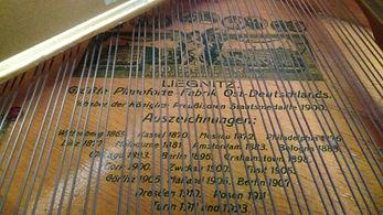 Фирменные знакикабинетногорояляSeiler родные струныпроизводства Германии