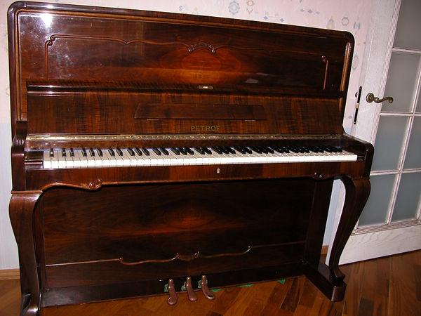 Концертное пианино Petrof 132 Antic, 1967 год, редкая модель, орех, 132 см. высота, б/у очень красивое, настроено,  благородное звучание, дека целая, состояние идеальное. Редкое подержанное пианино Петроф Антик 132 б-y (Пианино Петрофф Петров)  в Москве по лучшей цене!