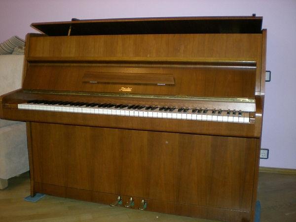 Пианино Rosler 108 Rigoletto(пианино Рёслер Риголетто) 90-х годов XXвека Цвет - орех, светлое, матовое, атинированное.  Пианино Petrof модель Rösler Благородное звучание, трёхпедальное, б/у, эксплуатировалось мало. Цена 85 000 рублей Состояниемеханики -идеальное!ПианиноРослерфабрики Петроф  (Петров)