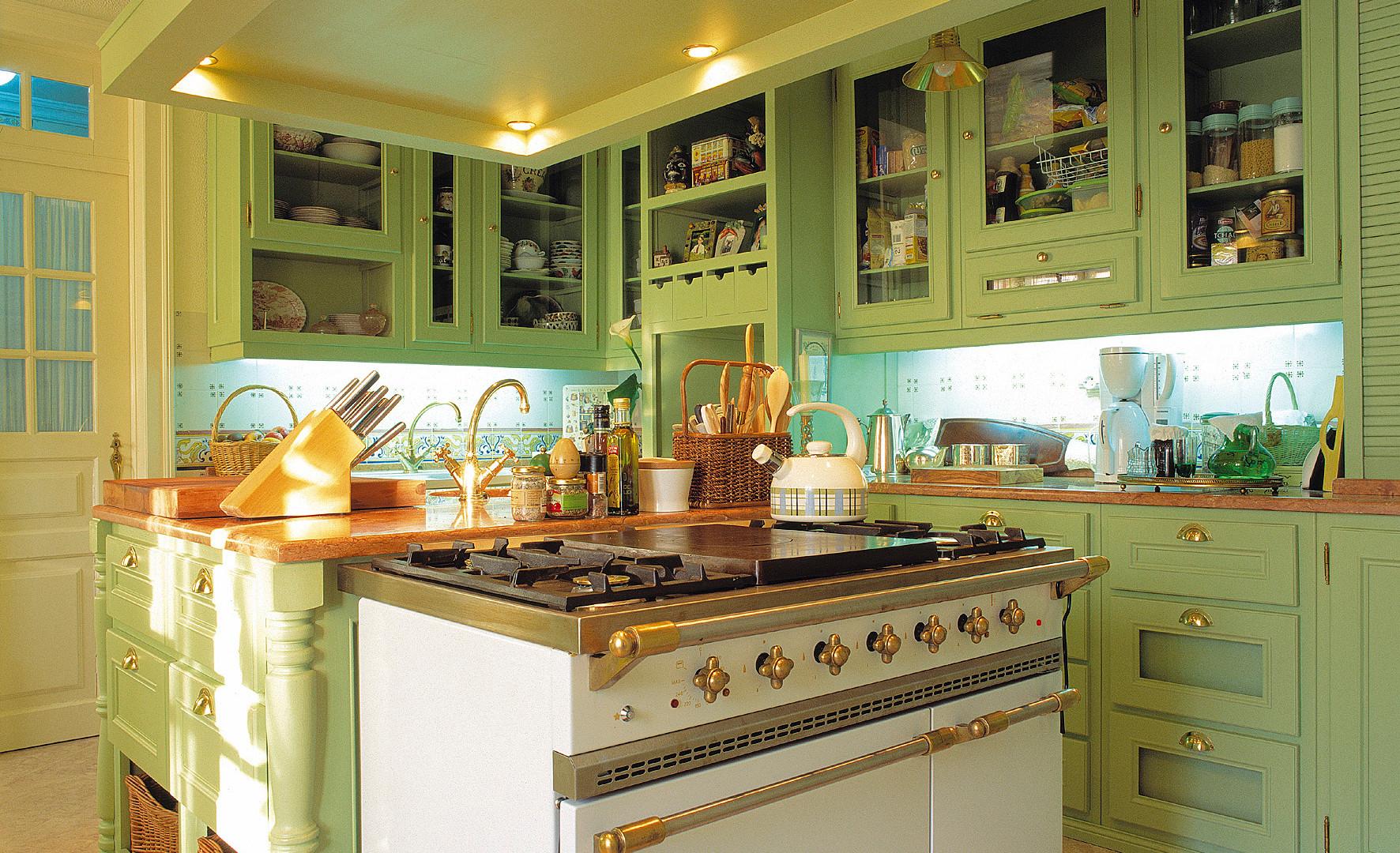 Cozinha clássica pintada . Sintra . 2001