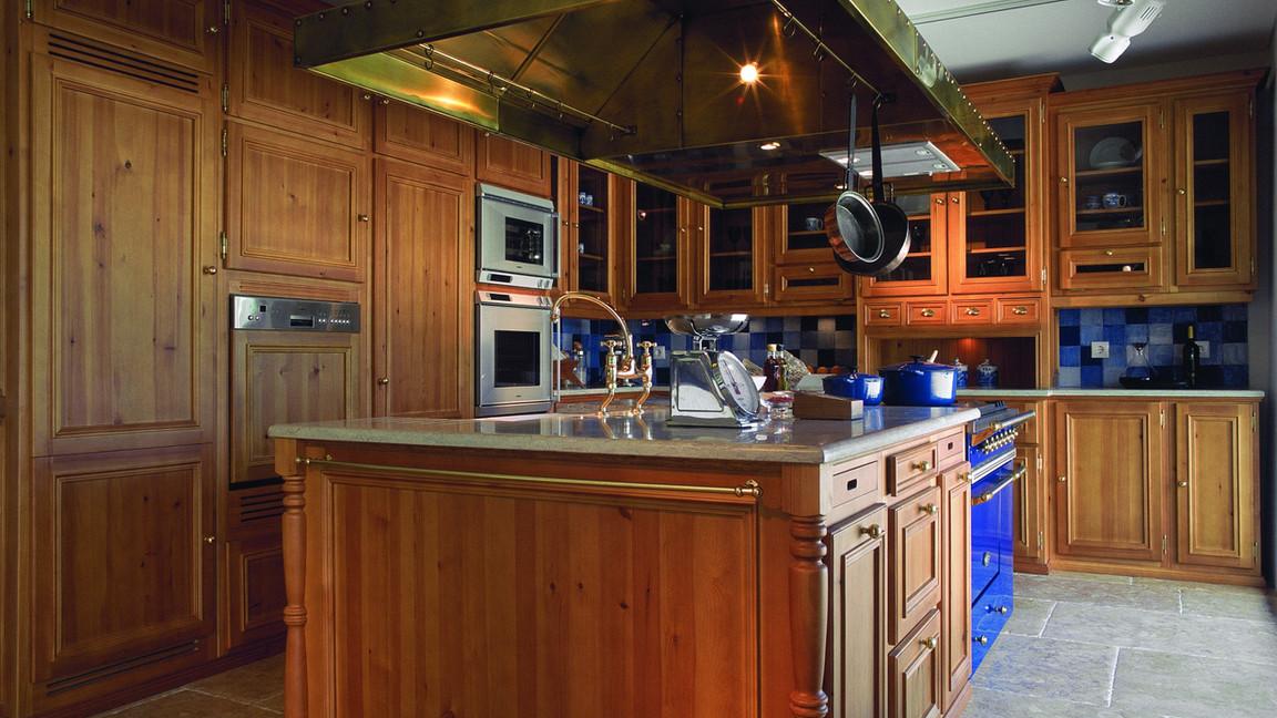 Projeto, construção e montagem de cozinha clássica VJ, em casquinha maciça com acabamento cor VJ envernizado. Ferragens em latão e tampos em lioz da Terrassena. Fogão Lacanche e chaminé  VJ de construção artesanal em latão. Azulejos em chacota artesanal com 11x11 cm.