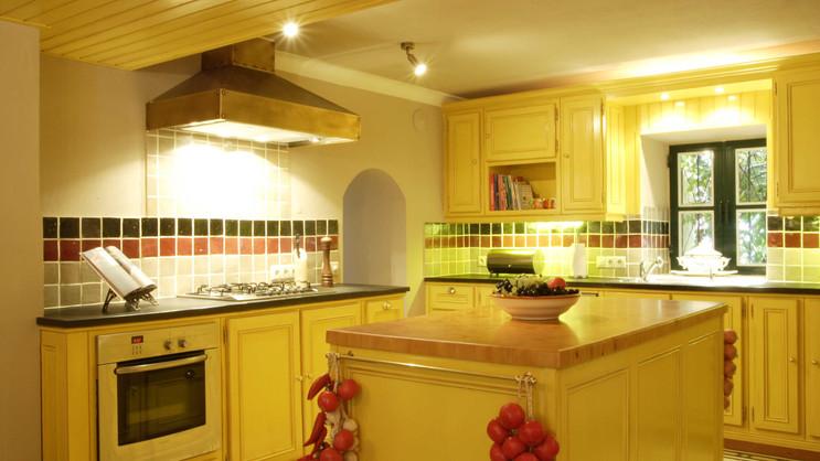 Cozinha clássica pintada . Algarve . 2006