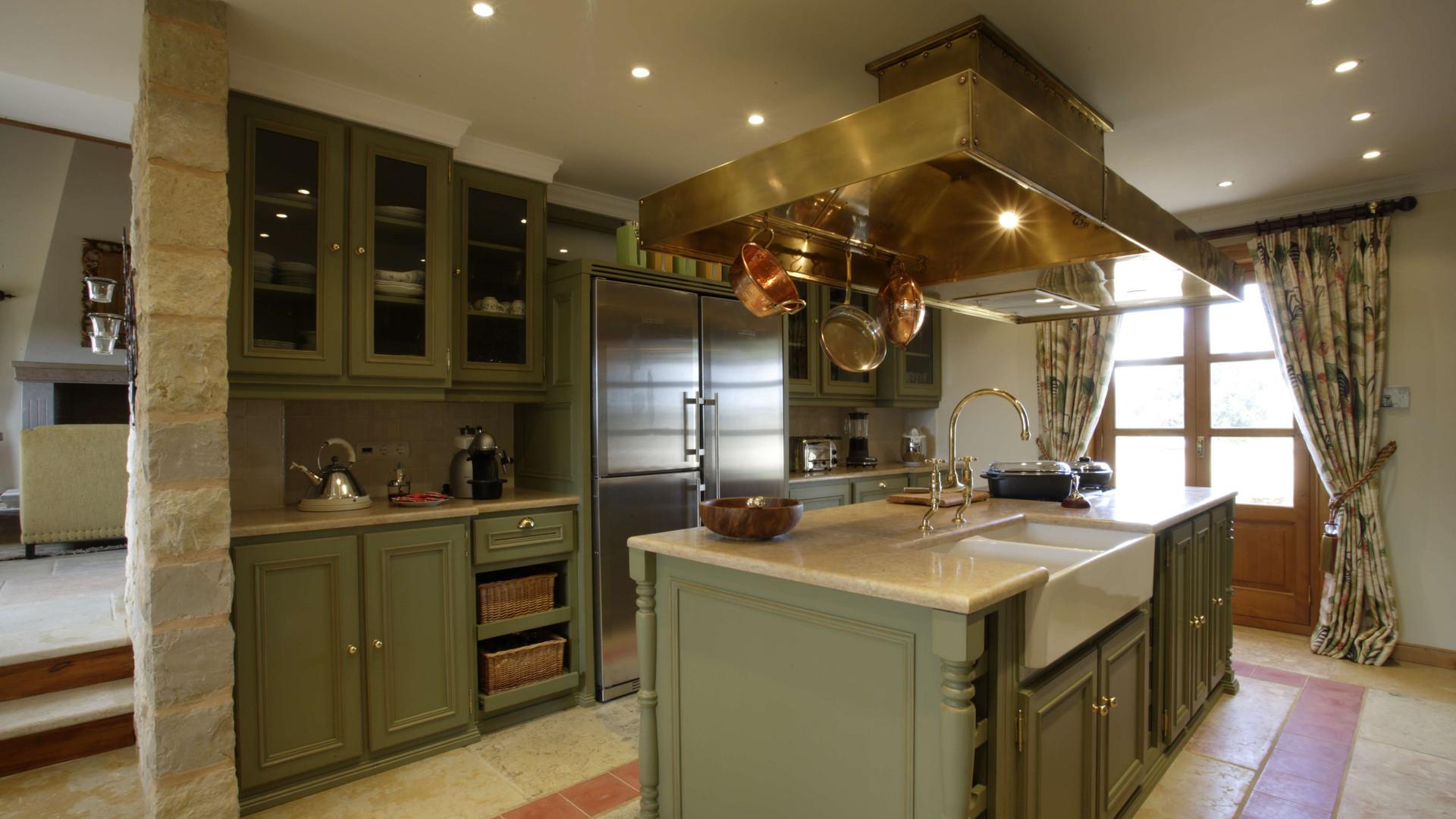 Cozinha clássica pintada . Algarve . 2007