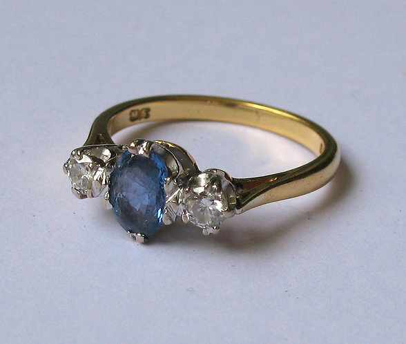 Ring, 18ct gold, sapphire and diamonds.