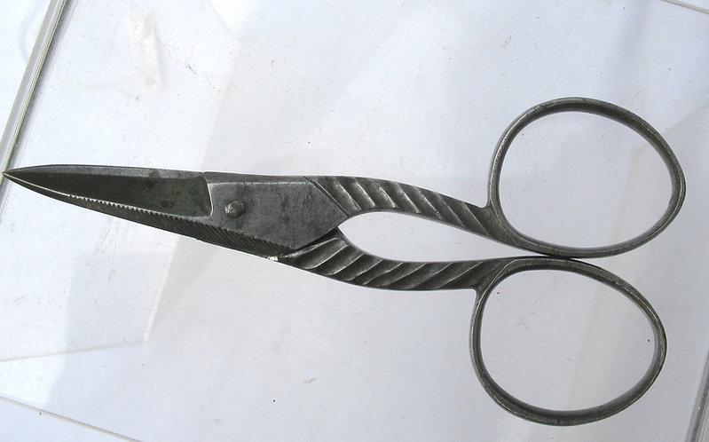Ribbed pattern scissors
