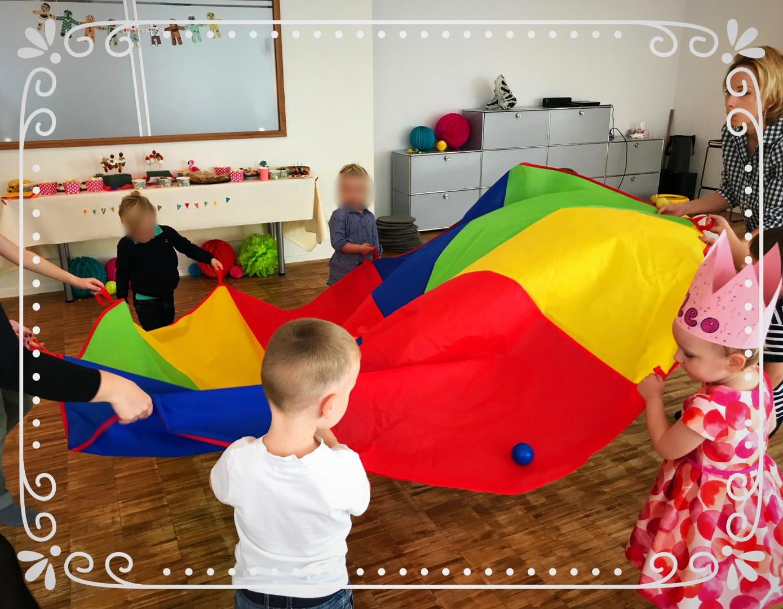 Kinder spielen das Karussellspiel mit Bällen
