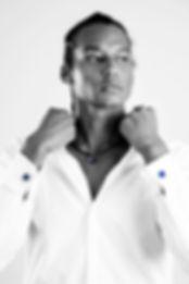 Lazaro Cuervo Costa porte un collier homme en cuir et goutte en verre filé au chalumeau couleur gris anthracite