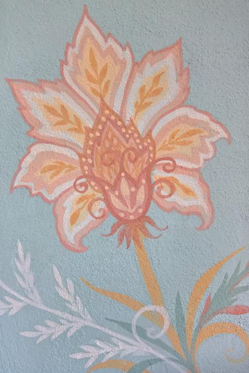Dettaglio decoro floreale, colori a base di terre e caseina.