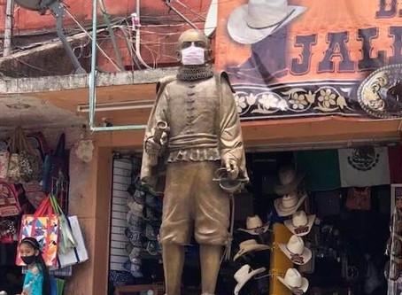 Chilpancingo: La estatua de Juan Ruiz Alarcón 😷 pone el ejemplo del uso de cubrebocas.