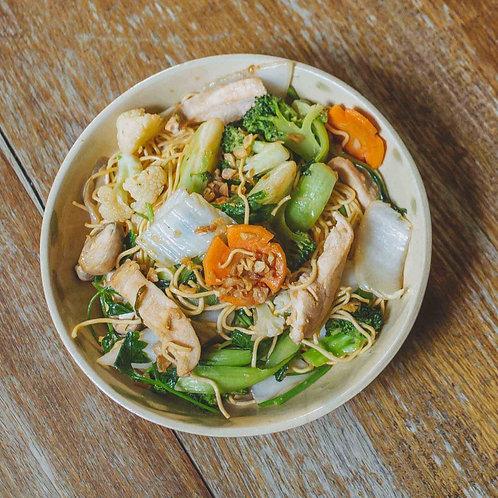 Mì xào thịt gà / Stir-fried noodles with chicken