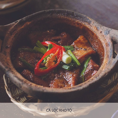 Brasied snakehead fish in clay pot with caramelized sauce