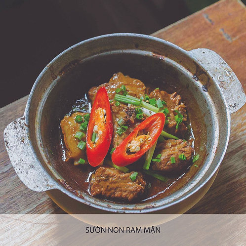 Braised pork ribs in clay pot with caramelized sauce