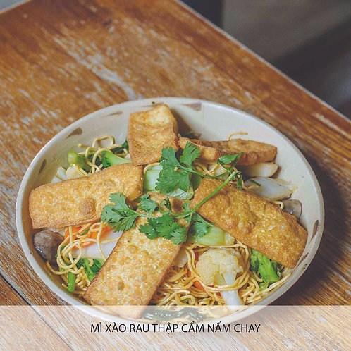 Stir-fried yellow noodle with mixed vegetables