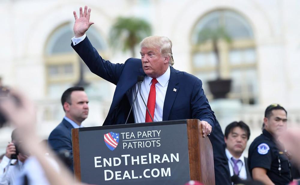 Den Republikaneschen Präsidentschaftskandidat Donald Trump bei enger Manifestatioun géint den Accord mat Iran.