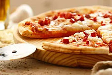 Pizza Mediana de Jamón o peperone y seis alitas de pollo ahumadas.